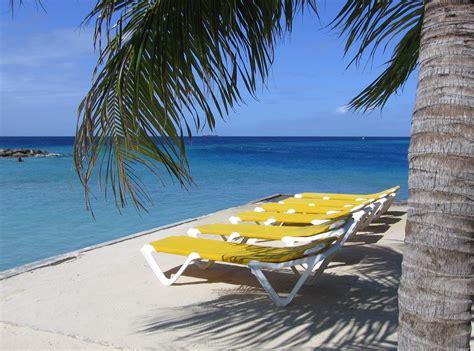 zonnen op het strand van curacao prachtig curacao