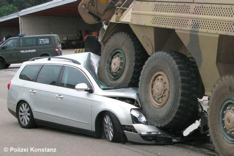 unfall panzer plaettet passat fahrer entkommt verletzt