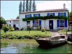 la maison bleue dans le marais poitevin ventana