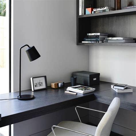 bureau plan bureau avec un plan de travail noir