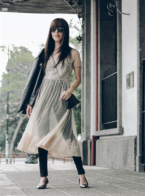 Vestido transparente de tul sobre outfit con blusa y jeans.