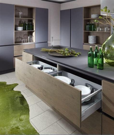 ilot central dans cuisine cuisine design en laque et grand casserolier bi matière avec ilot schroder
