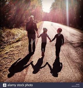 Hand In Hand Gehen : eine mutter mit ihren kindern in der fr hlingssonne hand in hand gehen stockfoto bild ~ Eleganceandgraceweddings.com Haus und Dekorationen