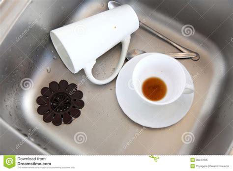 vers blanc dans la cuisine evier de cuisine blanc