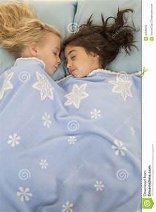 Lit Jeune Fille : deux jeunes filles dans le lit endormi sous une couverture de flocon de neige photo stock ~ Teatrodelosmanantiales.com Idées de Décoration