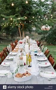 Tisch Und Teller : langer tisch set mit teller und gl ser essen und trinken in einem garten stockfoto bild ~ Watch28wear.com Haus und Dekorationen