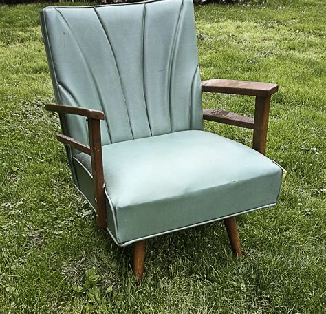 hometalk spray painting  vinyl chair