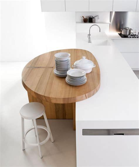 Minimalist white kitchen with breakfast nook: Slim by Elmar