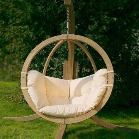 chaise suspendue jardin 33 awesome outdoor hanging chairs digsdigs