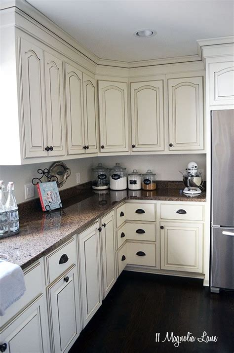 white distressed kitchen cabinets 1000 ideas about white distressed cabinets on 1290