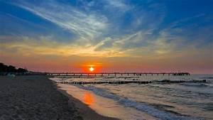 Bilder Am Strand : sonnenuntergang am strand von k hlungsborn im hintergrund die seebr cke youtube ~ Watch28wear.com Haus und Dekorationen