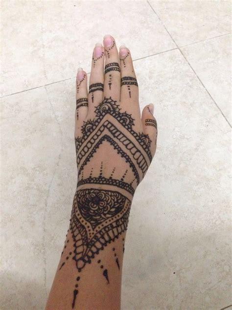 tattoovorlage hennaverzierungen auf der hand