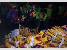 Torcida do Barcelona enfrenta Uefa e distribui bandeiras