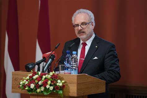 Latvijas Valsts prezidenta amatā stājas Egils Levits ...
