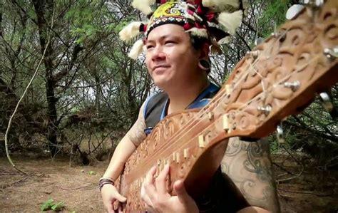 Alat musik angklung adalah alat musik tradisional sunda yang tergolong dalam alat musik idiofon. √Khazanah, Teknik Bermain, dan Memainkan Alat Musik Tradisional