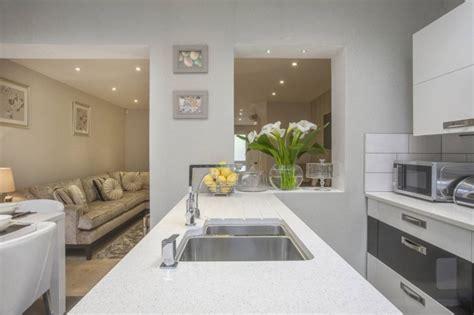 cuisine blanche ouverte sur salon comment meubler votre cuisine semi ouverte archzine fr