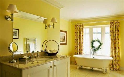 desain warna kuning ceria  kamar mandi rumah