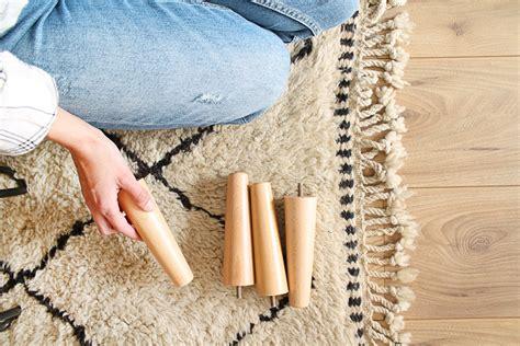 canapé pied bois comment customiser canapé ikéa partie 2 changer les