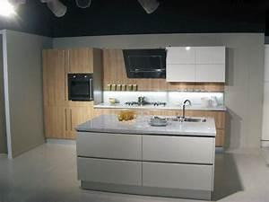 Cucina 44 levante by snaidero anta legno naturale e piano for Cucine marmo e legno