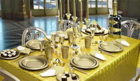 piatti e bicchieri di plastica colorati piatti di plastica carta cartone monouso scatole e