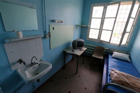 interieur d une prison un prisonnier par cellule le ministre de la justice fait le point la croix