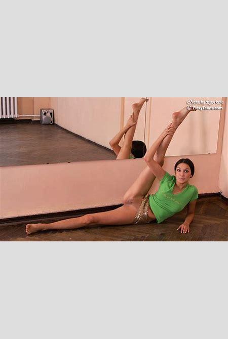 Flexible gymnast girl Natasha Egorkina - gallery 2