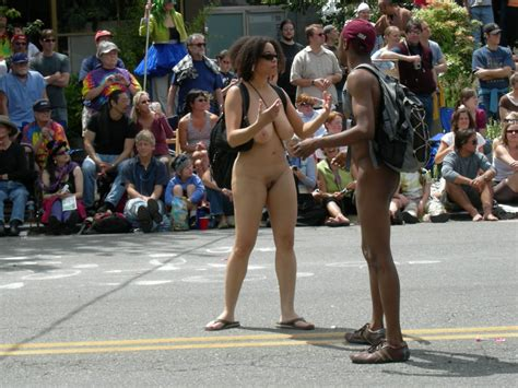 File:Fremont Solstice Parade 2007 - naked couple 03.jpg - Wikimedia Commons