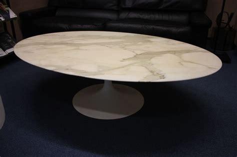 siege axa assurance table basse a plateau ovale en marbre blanc veine gris
