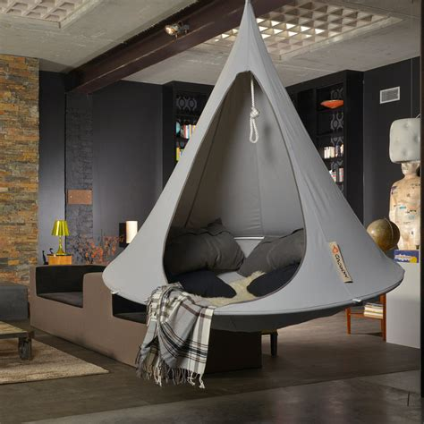 guide  hanging   hammock indoors