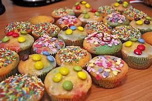 Kindergeburtstag Kuchen Einfach : bunte muffins rezepte ~ Frokenaadalensverden.com Haus und Dekorationen