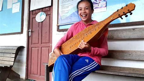 Berikut beberapa alat musik tradisional dari suku dayak yang berada di pulau kalimantan. Sapek-Alat Musik Tradisional Dayak - YouTube