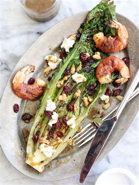 Grilēti romiešu salāti ar šķiņķī ietītām garnelēm ...