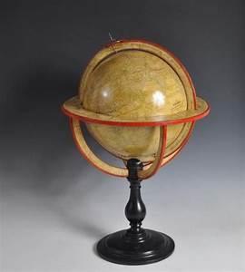 Globe Terrestre En Bois : lot globe terrestre en bois et papier grav sph re reposant sur un pied balustre en ~ Teatrodelosmanantiales.com Idées de Décoration
