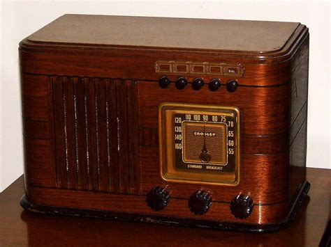 File:Vintage Crosley Table Radio With Push Buttons, Model ...