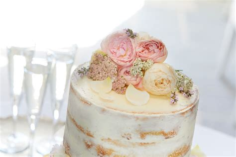 decorating  wedding cake  edible flowers interflora