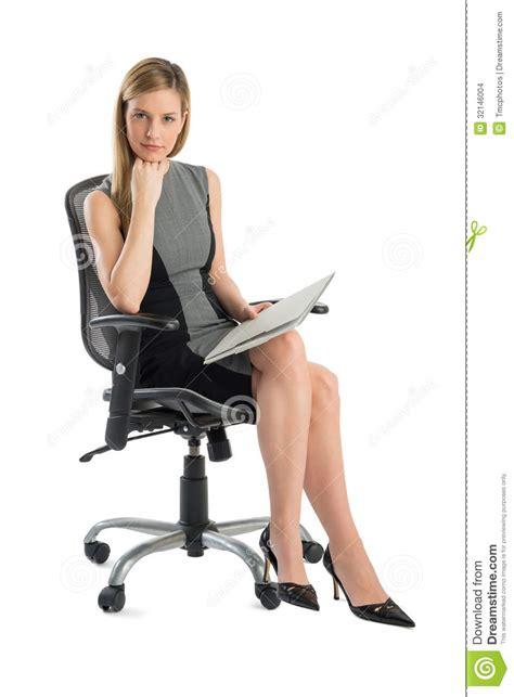 femme de bureau femme d 39 affaires sûre with file sitting sur la chaise de