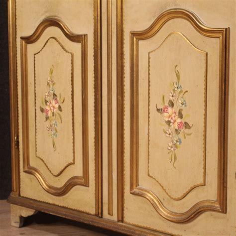 Damit ihr kind lange freude daran hat, empfiehlt sich ein geradliniger. Italienischer Kleiderschrank aus lackiertem & vergoldetem Holz mit Malerei, 1960er bei Pamono kaufen