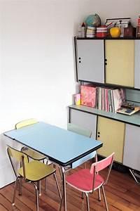 Cuisine deco retro inspiration annees 70 chaises table et for Deco cuisine avec chaise en promotion