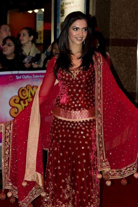 celebrity gossip deepika padukone dresses  om shanti om