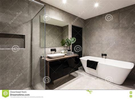 bagno con vasca e doccia bagno moderno con un area e una vasca della doccia