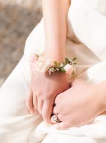 bracelet fleur mariage 1000 idées sur le thème coiffures demoiselles d 39 honneur sur coiffures pour bal de