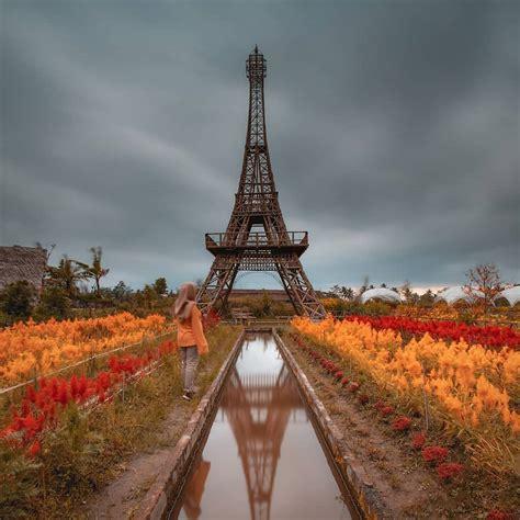 merasakan keindahan menara eiffel  taman wisata