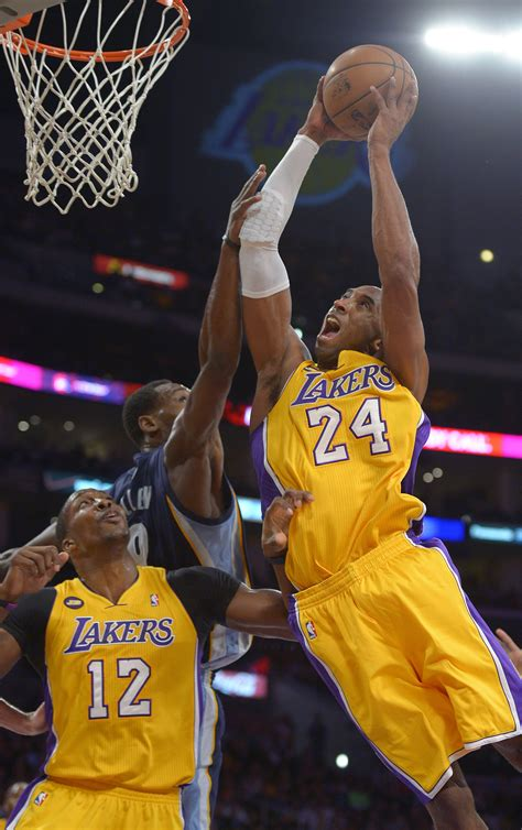 kobe scores  lakers  late defensive stops  hold
