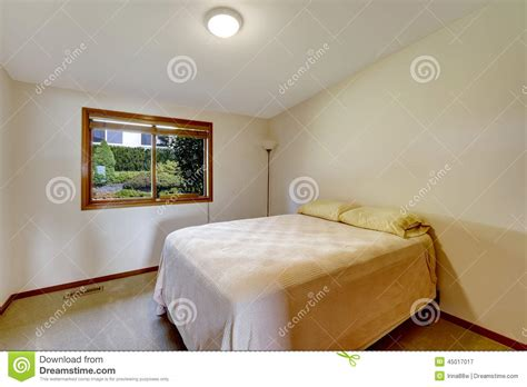 chambre à coucher simple intérieur simple de chambre à coucher avec le vieux lit