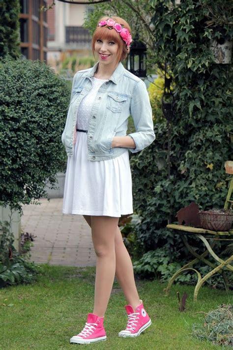 kleid mit jeansjacke weisses kleid jeansjacke converse chucks pink blumenhaarkranz 1 hochzeit wei 223 es