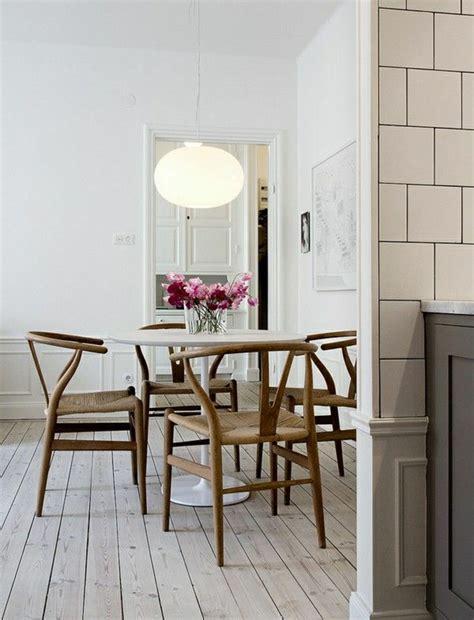 une et trois chaises une table tulipe pour votre intérieur moderne