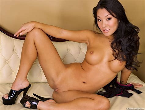 Hot Asian Girl Asa Akira Bends Over