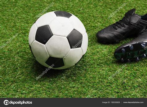 ァンⅳ シャコ ジャックス ジャンナ ジ. スポーツ シューズとサッカー ボール — ストック写真 © ...