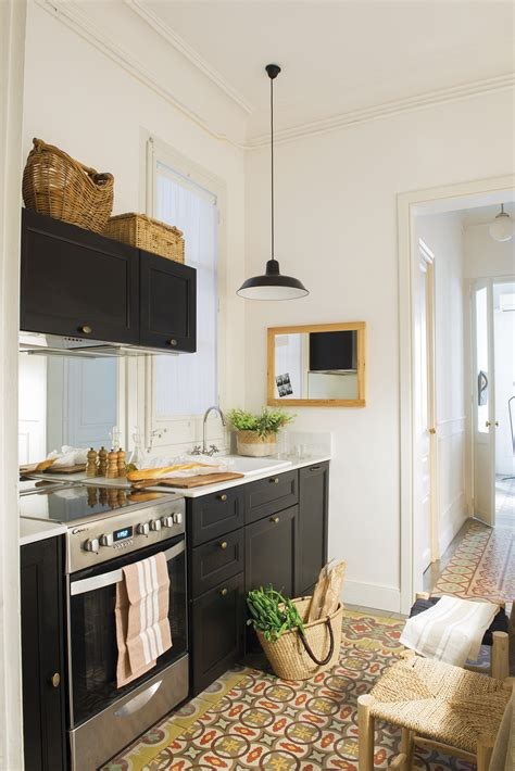 la cocina en la entrada fue la solucion  esta casa pequena