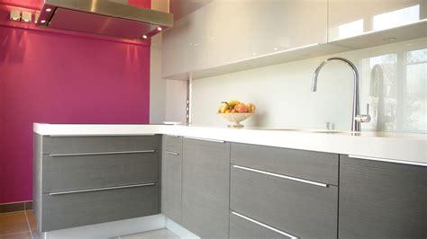cuisine grise plan de travail blanc une cuisine longiligne bien pensée inspiration cuisine le magazine de la cuisine équipée
